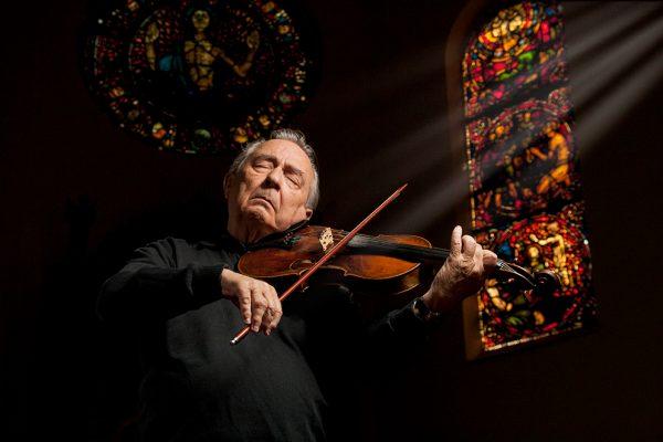Fiolinspiller i kirke - foto Lombardo